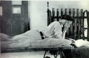 T.E. Lawrence photographié en train de lire, vers 1916