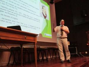 Le professeur Aoyu WEI donnant la première conférence du cycle